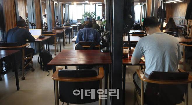 [이데일리 이영훈 기자] 코로나19에 직격탄을 맞은 2030 세대들이 취업 등 갈 곳을 잃은 가운데 24일 오후 서울 한 스터디 카페에서 취업준비생들이 공부를 하고 있다.다.