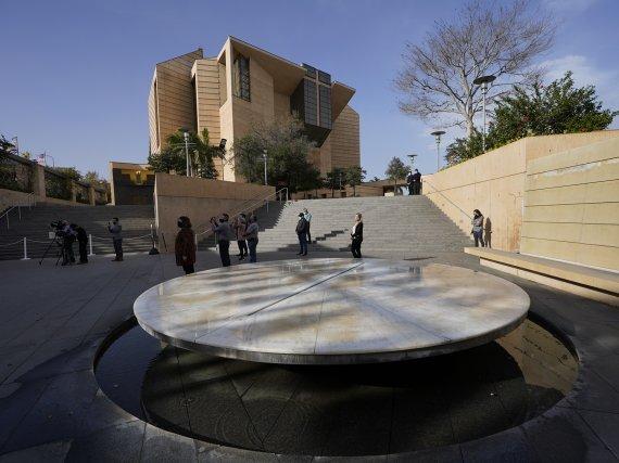 지난 19일(현지시간) 미국 로스앤젤레스의 한 성당 밖에서 시민들이 미국내 코로나19 사망자 40만명을 추모하는 묵념을 올리고 있다.AP뉴시스