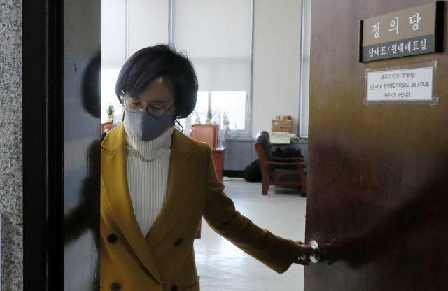 정의당 강은미 원내대표가 25일 국회에서 열린 비공개 당 대표단 회의를 마친 뒤 회의실을 나서고 있다. 연합뉴스