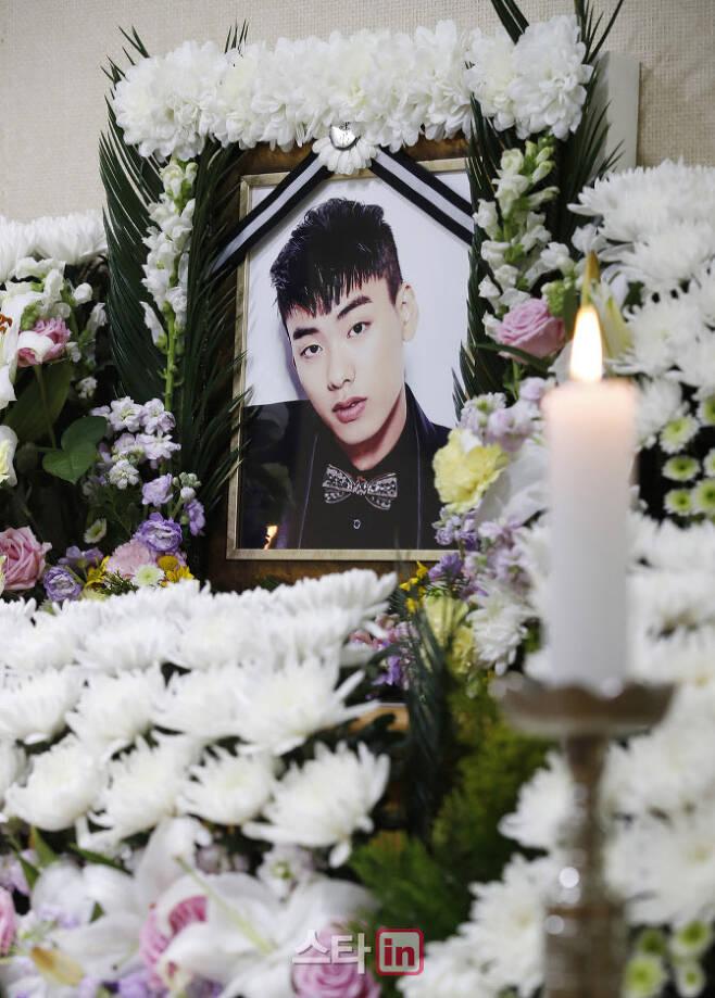 26일 래퍼 故 아이언(본명 정헌철)의 빈소가 마련된 서울 중구 국립중앙의료원 장례식장에 고인의 영정이 놓여져 있다. (사진=사진공동취재단)
