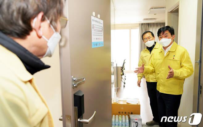 원희룡 제주도지사가 지난해 12월30일 오전 서귀포시 국세공무원교육원에 문을 연 제1생활치료센터를 방문해 시설을 점검하고 있다.(제주도 제공)© News1
