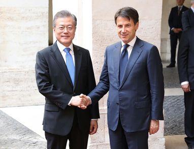 문재인 대통령이 2018년 10월 이탈리아를 방문했을 때 로마에서 주세페 콘테 총리와 만나 악수하고 있다./뉴시스
