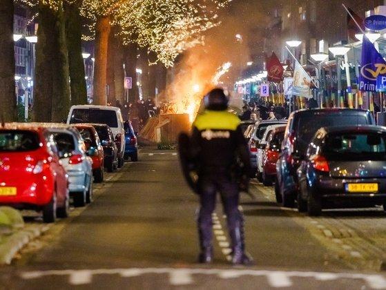 전날 네덜란드 로테르담에서 시위대가 경찰이 대치하고 있다. [EPA=연합뉴스]