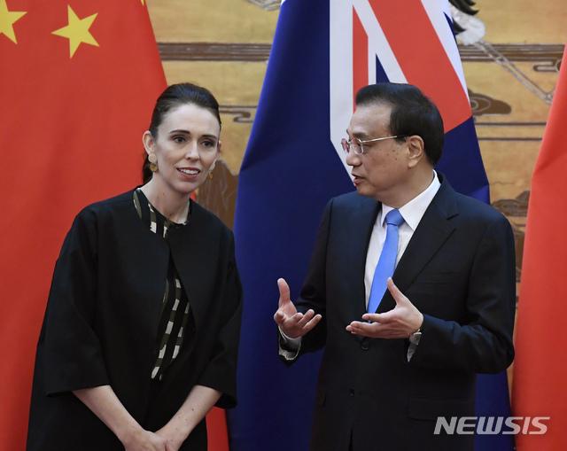 """【베이징=AP/뉴시스】중국을 방문한 저신다 아던(왼쪽) 뉴질랜드 총리가 1일(현지시간) 베이징 인민대회당에서 열린 한 서명식에 참석해 리커창 중국 국무원 총리와 얘기를 나누고 있다. 리 총리는 아던과의 회담에서 중국 통신장비 사용 문제와 관련해 뉴질랜드에 """"공정하고 투명하며 편한"""" 투자환경을 제공할 것을 촉구했다.앞서 뉴질랜드가 남태평양 지역에서 중국의 영향력 확대에 우려를 표하고, 5세대(5G) 모바일 네트워크 구축 사업에 화웨이를 배제하겠다고 발표하면서 긴장 국면이 조성된 바 있다. 2019.04.01."""