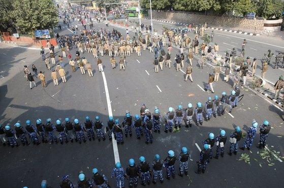 뉴델리 경찰본부 인근에서 대치중인 시위대와 경찰. EPA=연합뉴스
