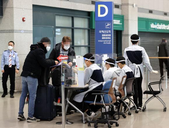 내일부터 모든 외국인 입국자는 - 앞으로 항공편을 이용해 국내로 들어오는 모든 외국인은 신종 코로나바이러스 감염증(코로나19) 검사 '음성 확인서'를 제출해야 한다.     7일 중앙방역대책본부(방대본)에 따르면 8일부터 전국 공항을 통해 입국하는 외국인에 대해서는 유전자증폭(PCR) 검사 음성 확인서 제출이 의무화된다. 사진은 이날 인천국제공항 입국장에서 유럽발 외국인 입국자들이 안내를 받고 있다.  2021.1.7 연합뉴스