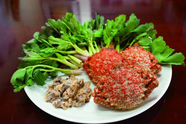 1월의 통영백미로 꼽힌 '방풍탕평채'는 소매물도 특산인 방풍나물과 털게와 조개의 감칠맛이 어우러진 음식이다. 남해의봄날 제공