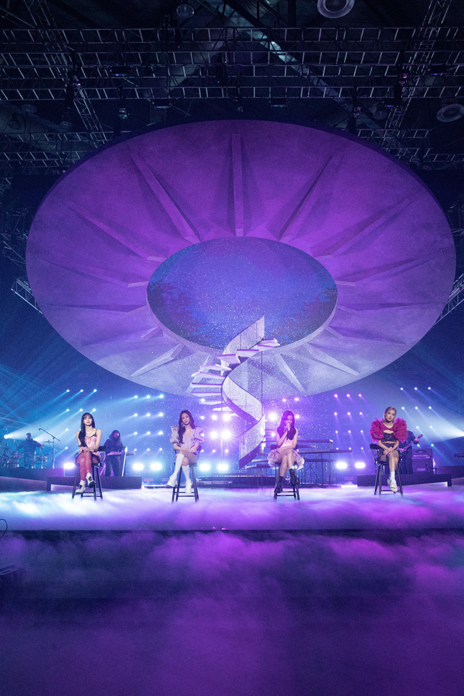 BLACKPINK was different, too: The lively Love Live! Stage, which focused on music and performance, caught the eyes and ears of music fans around the world.BLACKPINK successfully completed its first Love Live!stream concert YG PALM STAGE - 2021 BLACKPINK: THE SHOW on the official YouTube channel on January 31st.BLACKPINK filled out 90 minutes of running time, constantly pushing 19 colorful stages from the existing mega hit song medley to the performance of THE ALBUM which was first introduced on the day, and the solo new song of Rosé.Performance The value of the essence of Impression Love Live!THE SHOW was the only show of artist BLACKPINK itself, like the intuitive performance title name.It embodies an analogue stage production that revives offline performance: Live Live Live!The high-quality Love Live!, which is transmitted from the sound of the band to the breathing of the members, was unfolded, giving a sense of presence as if it had taken the audience to the performance field even though it was online.KILL THIS LOVE From the first opening stage, the singer showed what show down show is shining.The dynamic performance of the high-quality Love Live! and BLACKPINK attracted both vision, hearing and emotion.The large stage added to the fun of performance: three main sets were converted to 10 different stages to match the song atmosphere.From a set of Stages that reproduced the actual cave to the rubble of the ruined citys staircase, a realistic and delicately depicted installation was visible.In particular, the Stage Story reflecting reality was impressive.Flowers blooming from the ruins, wing prisms lighting up there, and a composition that returns from a surreal space to a bright city through a tunnel in a cave, capturing a hopeful message to overcome and welcome the pandemic situation.The climax was the Tududududu stage, which unfolded on the water stage, raising the immersion by catching the vibrant feeling of the water droplets that soared and popped up to the 