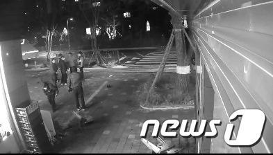 아파트 경비원 폭행 현장에 출동한 장기지구대 경찰관들의 모습.© 뉴스1
