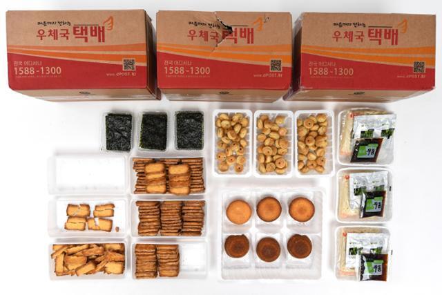 택배로 배송 받은 제품들의 상태. 측면이 파손된 박스(사진 위쪽 가운데)도 있었지만, 엄마손파이를 제외하고는 파손이 전혀 없었다. 이한호 기자
