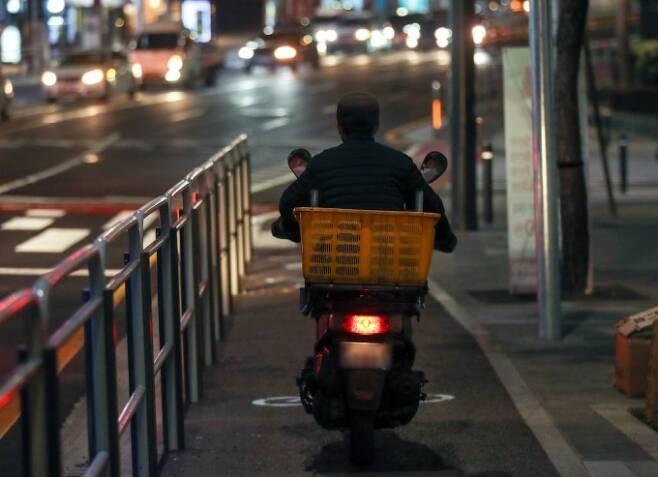 서울 시내에서 오토바이가 자전거도로로 주행하고 있다. / 사진=뉴시스