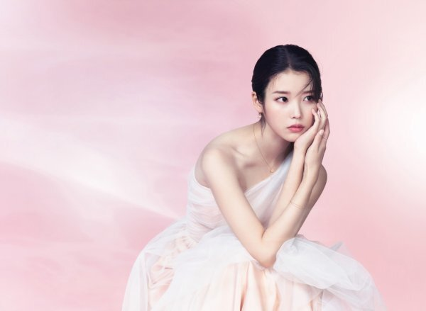 Singer IUs 2021 Spring AD campaign has been unveiled.The concept of this seasons Spring AD campaign has captured the glitter of jewelery and the beautiful moment of IU, which constantly shines with Eternal Shine.In the background of pink color that seems to be blooming with spring haze, IU showed not only the appearance of a mature woman but also the elegant appearance of admiring.In addition, she showed her unique charm with her mysterious eyes and colorful poses and showed her professional aspect.Jewelry worn by IU in a romantic spring-filled pictorial can be found at JESTINA stores and official online malls nationwide.