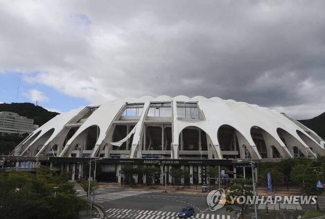 태풍에 찢어진 아시아드 주 경기장 지붕 막 [연합뉴스 자료사진]