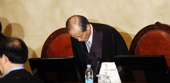 이용훈 대법원장이 2010년 1월 21일 오후 서울 서초동 대법원에서 열린 사립학교 내 종교자유 문제에 대한 공개변론에서 자리에 착석하고 있다. 뉴시스