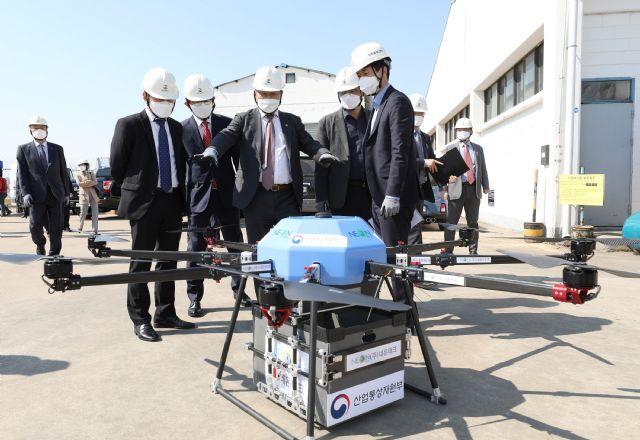 손명수 국토부 차관(가운데)과 관계자들이 GS칼텍스의 드론물류 배송 테스트에 사용되는 드론을 살펴보고 있다.