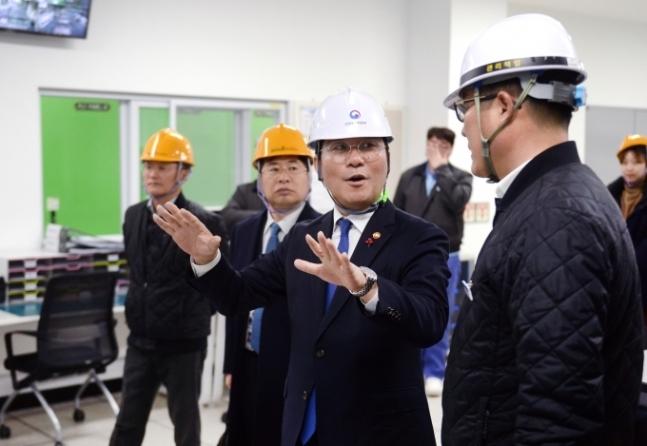 ソンユンモ産業通商資源部長官が忠南公州化学素材専門企業ブラシ脳工場を訪問し、新規工場の現場を見学し、現場の労働者を励ましている/写真提供=産業通商資源部