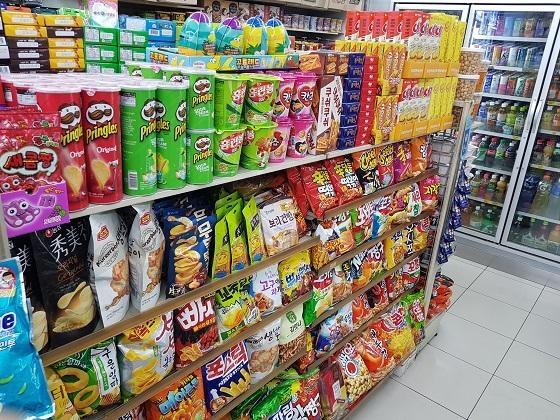 서울에 있는 한 편의점 내에 다양한 과자들이 진열돼 있다./조선DB
