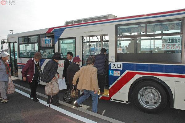 일본 지자체들은 대개 70세 이상 고령자들을 위해 각종 할인제도를 지원하고 있다. 지방 소도시의 버스 정류장.