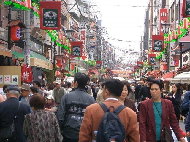 '노인들의 하라주쿠'라 불리는 도쿄 스가모의 지조(地藏) 거리. 전통적인 상가의 모습을 유지한 거리에 빼곡히 들어선 상점들은 어르신 취향의 상품들로 가득하다. 출처: flickr.com