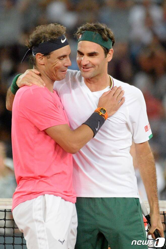 라파엘 나달(왼쪽)과 로저 페더러. © AFP=뉴스1
