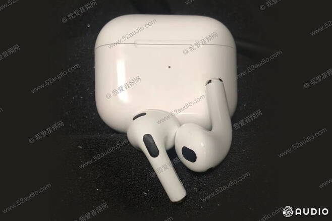 애플 무선 이어폰 에어팟 3세대로 추정되는 제품 모습 /사진=52오디오
