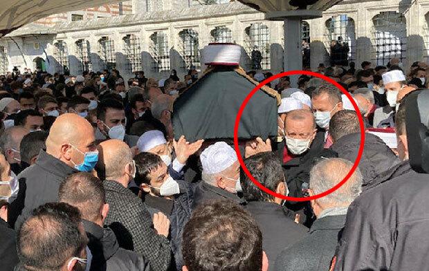 코로나19로 사망한 터키 이슬람학자 장례식에 조문객 수백 명이 몰렸다. 마스크는 착용했으나 거리두기는 실종된 모습이었다. 조문객 사이로는 레제프 타이이프 에르도안 터키 대통령도 눈에 띄었다./사진=예니샤파크