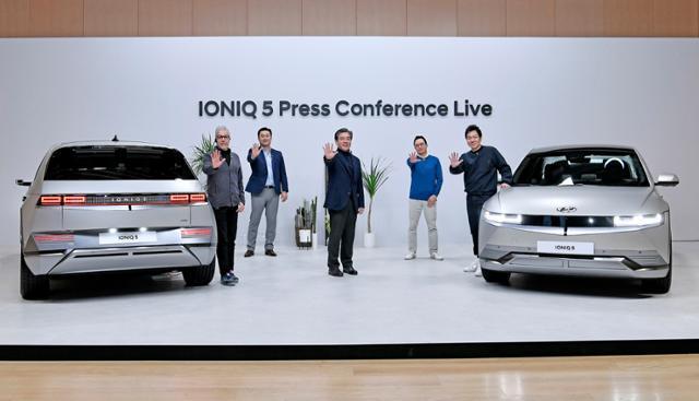 현대자동차 전용 전기차 브랜드 아이오닉의 첫 모델인 아이오닉 5(IONIQ 5)가 23일 공개됐다. 현대자동차 차량아키텍처개발센터 파예즈 라만 전무(왼쪽부터), 현대자동차 상품본부장 김흥수 전무, 현대자동차 장재훈 사장, 현대자동차 크리에이티브웍스실장 지성원 상무, 현대디자인담당 이상엽 전무가 아이오닉 5와기념 촬영을 하고 있는 모습. 현대차 제공