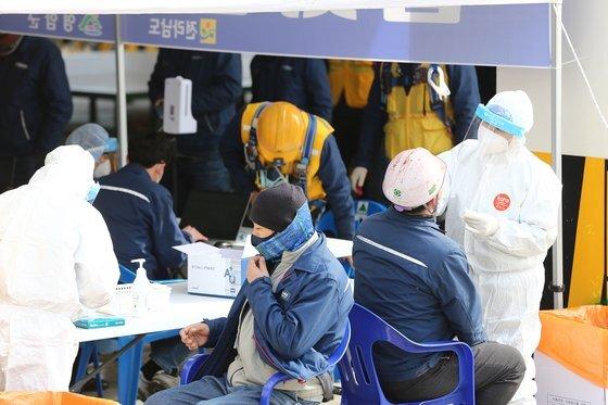 23일 오전 전남 영암군 삼호읍 현대삼호중공업 근로자들이 임시 선별진료소에서 코로나19 검사를 받고 있다. 프리랜서 장정필