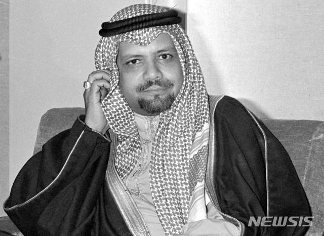 [도하(카타르)=AP/뉴시스]1976년 12월14일 아흐메드 자키 야마니 사우디아라비아 석유장관(당시)이 카타르 도하에서 열린 기자회견 중 기자의 질문을 듣고 있다. 사우디아라비아의 석유 자산 국유화를 단행하고 1973년 중동전쟁 때 석유 무기화를 통해 1차 석유 파동을 일으켰으며, 한때 암살자 카를로스 더 자칼에게 인질로 잡히기도 했던 아흐메드 자키 야마니 전 사우디아라비아 석유장관이 20일(현지시간) 런던에서 사망했다. 2021.2.23