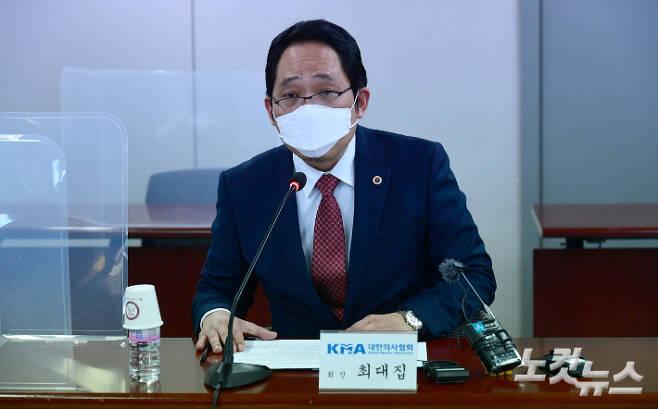 최대집 대한의사협회장이 지난달 18일 서울 용산구 대한의사협회에서 열린 '코로나19 대응 및 백신 접종 계획 관련 국민의당-대한의사협회 간담회'에서 모두발언을 하고 있다. 국회사진취재단