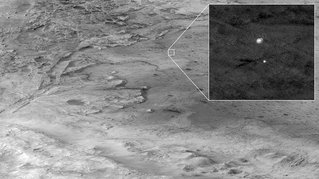 화성 주위를 돌고있는 화성정찰위성(MRO)이 촬영한 낙하산이 펴진 퍼서비어런스의 모습 사진=NASA