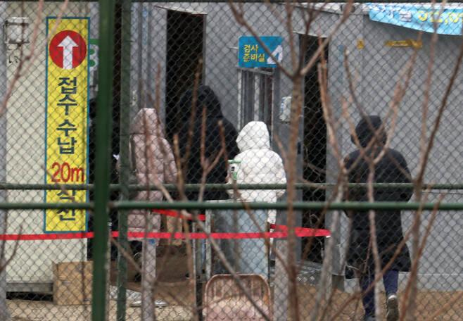지난해 12월 서울 용산구 순천향대 서울병원 임시선별진료소에서 의료진이 분주히 움직이고 있다. 연합뉴스