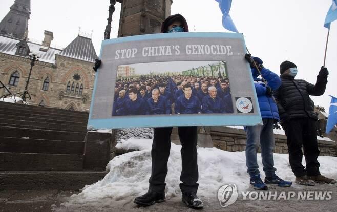 중국의 위구르족 인권탄압 규탄하는 캐나다 시위대 (오타와 AP=연합뉴스) 캐나다 수도 오타와의 의사당 주변에서 22일(현지시간) 시위대가 모여 중국의 위구르족 인권 탄압을 규탄하고 있다.