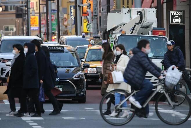 (도쿄=연합뉴스) 이세원 특파원 = 신종 코로나바이러스 감염증(코로나19) 긴급사태가 발효 중인 일본 도쿄도에서 20일 오후 마스크를 쓴 사람들이 횡단보도를 건너고 있다.