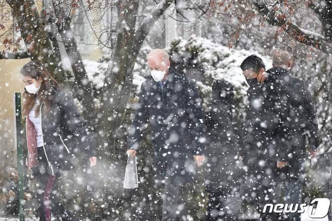 조 바이든 미국 대통령 당선인이 7일(현지시간) 델라웨어주 윌밍턴에 있는 세인트 조지프 온 더 브랜디와인 성당에서 미사를 마치고 손녀 나탈리와 눈을 맞으며 차량을 타러 가고 있다. © AFP=뉴스1 © News1 우동명 기자