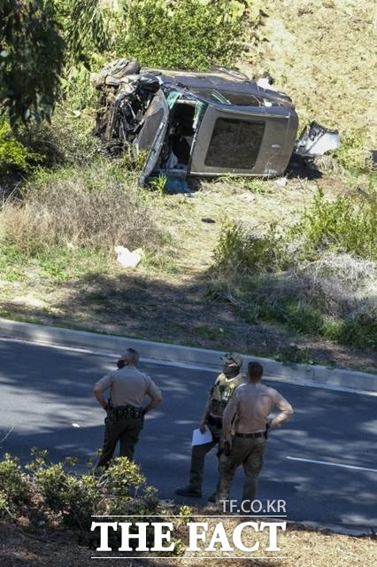 '골프황제' 타이거 우즈가 23일 미국 LA에서 SUV 차량 전복사고로 도로에서 9m가장 굴러 인근 병원으로 긴급 이송돼 수술을 받고 있다. 사진은 사고 현장의 우즈 차량./LA=AP.뉴시스