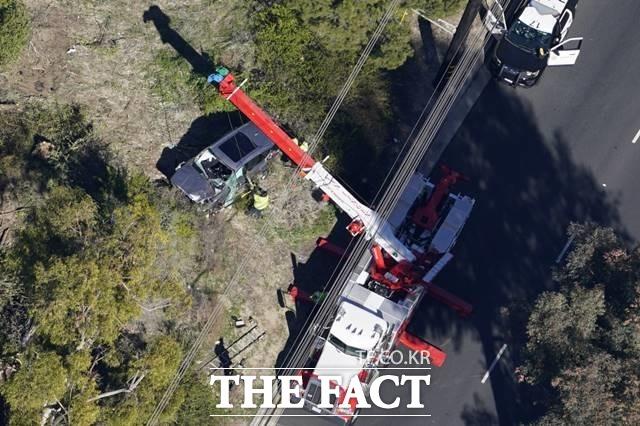 우즈의 사고 차량이 수습되고 있다./LA=AP.뉴시스