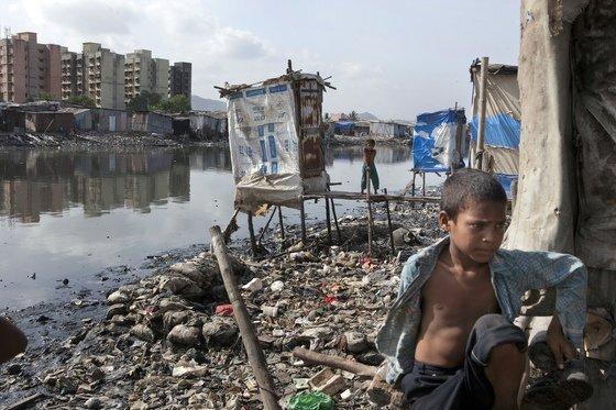 인도 뭄바이의 시바지 나가르 지역 배수로에 설치된 공중 화장실. 중앙포토