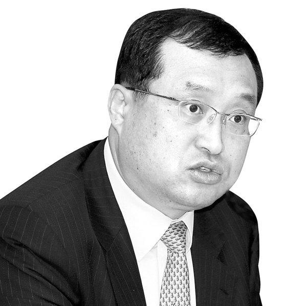 더불어민주당이 지난 28일 '사법농단 의혹'을 받는 임성근 부장판사에 대해 탄핵소추를 추진하기로 했다. 사진은 임성근 부장판사. 연합뉴스