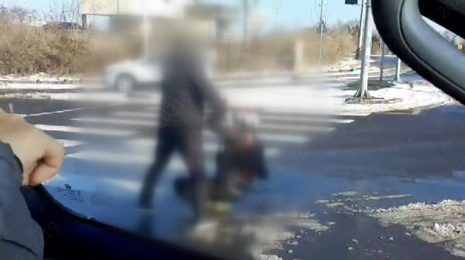 40대 남성이 오토바이 운전자를 폭행하는 장면(영상 캡처)