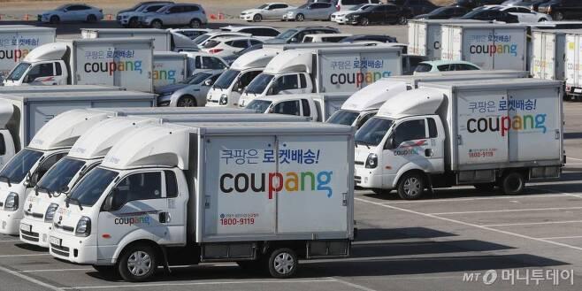 [서울=뉴시스]고승민 기자 = 서울 서초구의 한 주차장에 주차된 쿠팡 배송트럭 모습. 2021.02.15. kkssmm99@newsis.com
