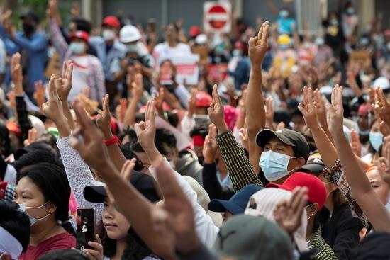 미얀마 시민들은 독재 저항의 의미로 세 손가락 시위를 이어가고 있다. 사진은 지난 18일 미얀마 양곤에서 열린 군사 쿠데타 반대 시위에서 시위대가 세 손가락 경례를 하고 있는 모습. /사진=로이터