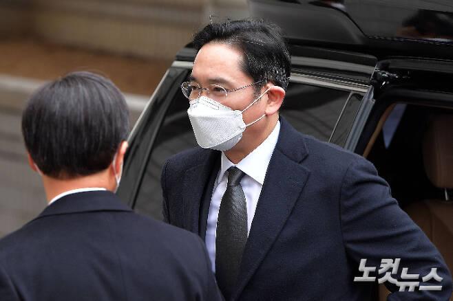 이재용 삼성전자 부회장이 지난달 18일 서울고등법원에서 열린 파기환송심 선고 공판에 출석하고 있다. 박종민 기자