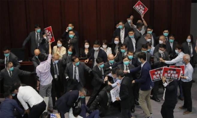 지난 2020년 5월 8일 중국 국가(國歌)를 모욕하는 것을 불법으로 규정하는 법안을 논의하던 홍콩 입법회 내무위원회 회의 도중 친민주파 의원들과 친중파 의원 및 경비직원들 사이에 몸싸움이 벌어지고 있다. 홍콩=AP뉴시스