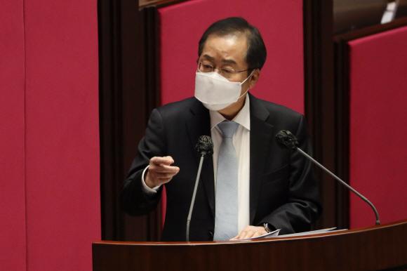 홍준표 무소속 의원이 4일 국회에서 열린 제348회 국회(임시회) 제4차 본회의에서 정치외교통일안보에 관한 대정부질문을 하고 있다.2021. 2. 4 김명국 선임기자 daunso@seoul.co.kr