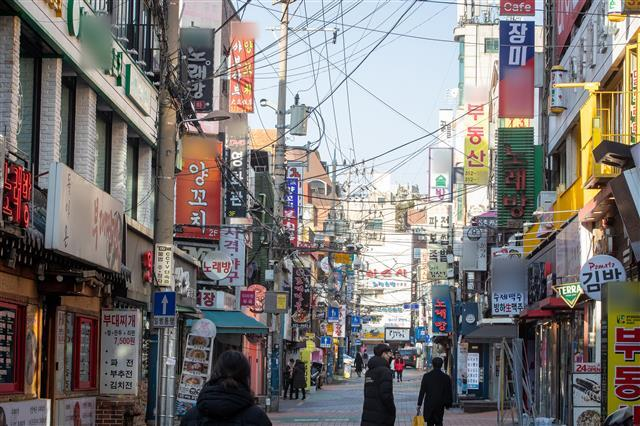 신종 코로나바이러스 감염증(코로나19) 예방을 위한 수도권 사회적 거리두기 2.5단계가 이어지고 있는 2일 서울 신촌 거리가 한산하다. 2021.2.2 뉴스1