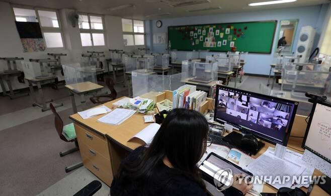 교실에서 원격수업을 하는 초등학교 교사 [연합뉴스 자료사진]