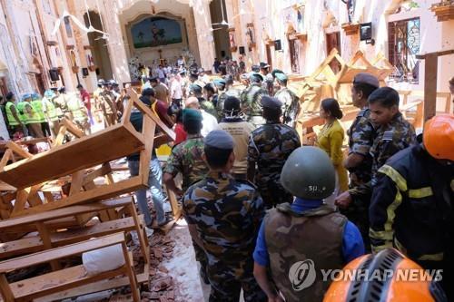 2019년 4월 21일 '부활절 테러'로 파괴된 스리랑카 수도 콜롬보 북쪽 네곰보의 한 성당 내부 모습. [EPA=연합뉴스]