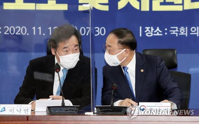 당정청 협의회에서 대화하는 이낙연과 홍남기 [연합뉴스 자료사진]