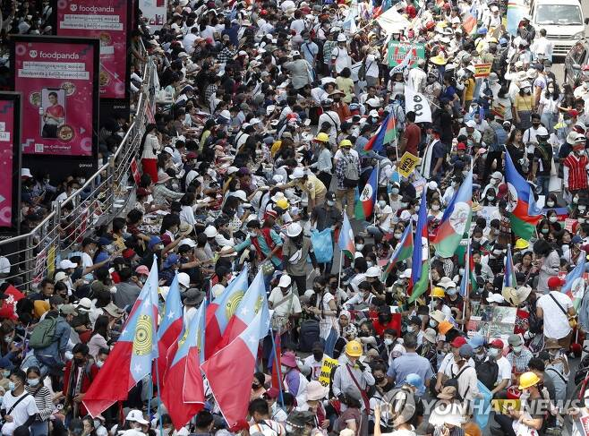 양곤 도심에 쏟아져 나온 미얀마 시위대 (양곤 EPA=연합뉴스) 미얀마 최대 도시 양곤의 흘레단 교차로 일대에 24일 군부 쿠데타에 반대하는 시위대가 집결하고 있다. jsmoon@yna.co.kr